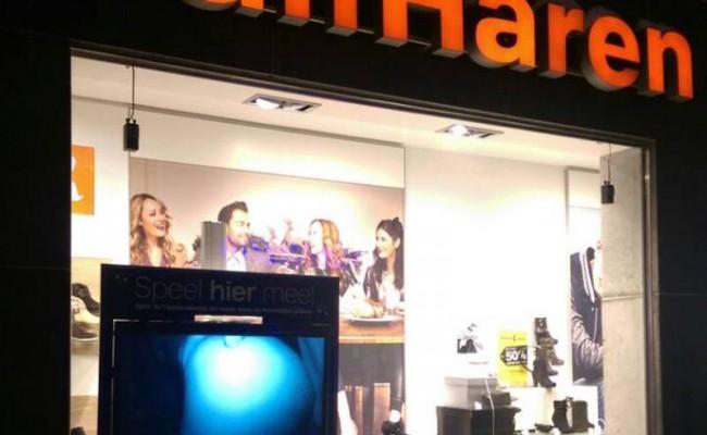В витрине голландского магазина показали порно